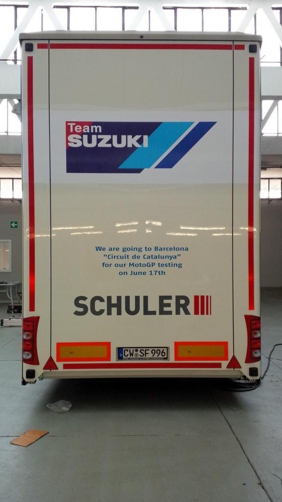 L'équipe Suzuki en route pour des essais à Barcelone ce lundi. (Photo : Davide Brivio)