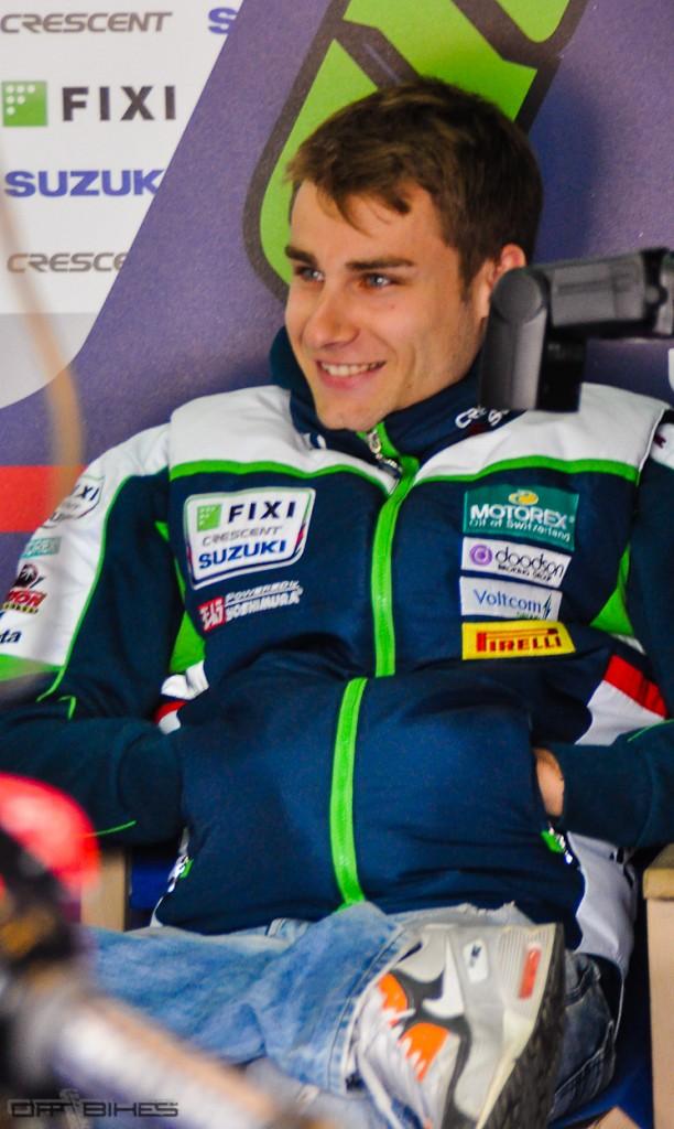 Jules Cluzel, détendu et souriant dans son box, ce Vendredi matin à Imola. (Photo : ©OffBikes)