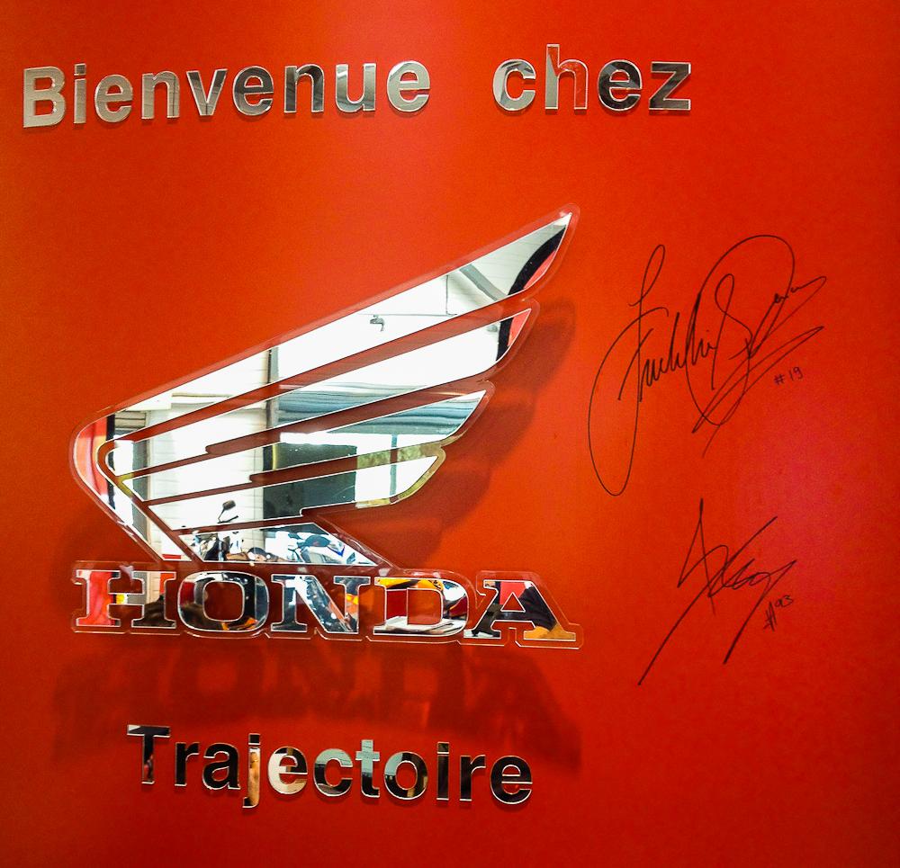 Les traces du passage des deux pilotes dans la concession Honda Trajectoire de Bordeaux.