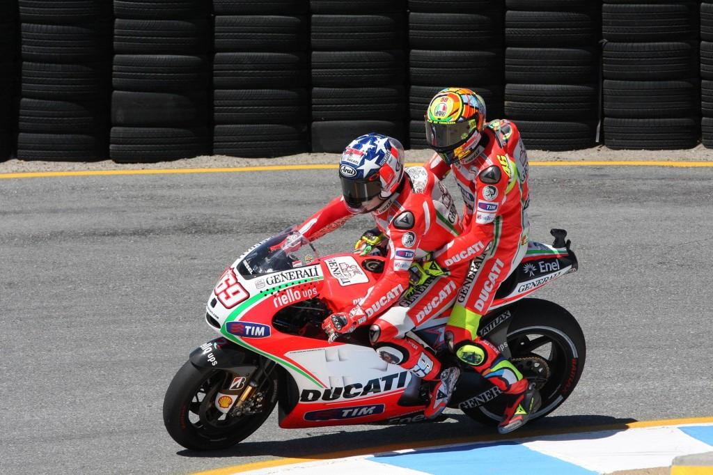 Après sa chute en fin de course, Valentino Rossi a fait du taxi sur la moto de son coéquipier Nicky Hayden (Photo : Asphalt and Rubber).