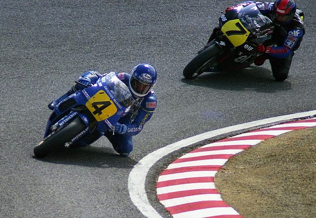 Christian Sarron devance son Frère Dominique lors du GP du Japon en 1989 (Photo : Wikimedia)