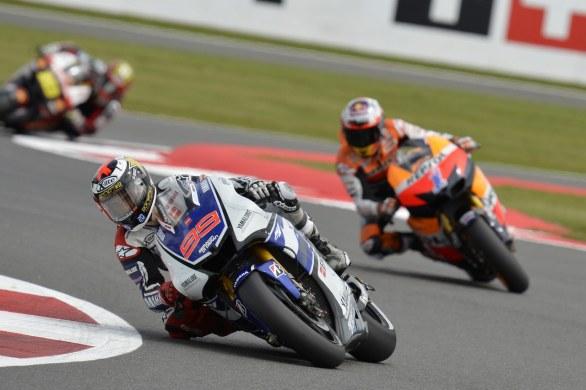 Jorge Lorenzo devant Casey Stoner durant la course MotoGP lors du GP de Grande Bretagne en 2012 (Photo : twowheelsblog.com)