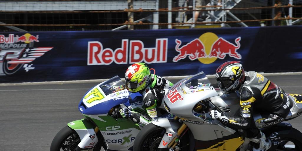 Dominique Aegerter à la lutte avec Mika Kallio durant la course Moto2 lors du GP d'Indianapolis en 2012 (Photo : indianapolismotorspeedway.com)