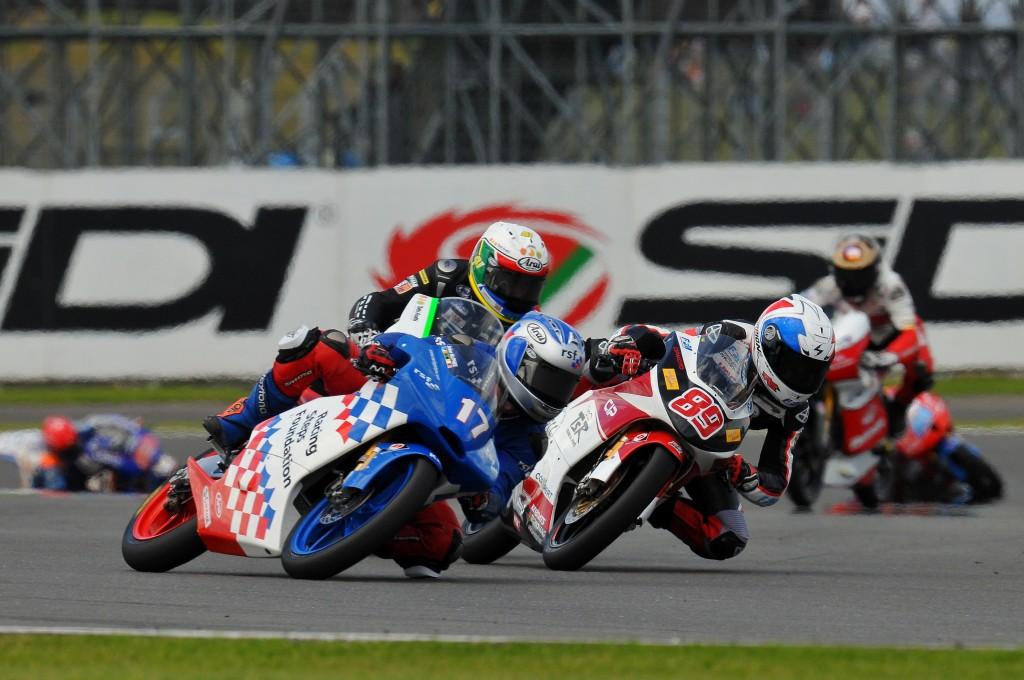 Alan Techer à la lutte durant la course Moto3 lors du Grand Prix de Grande Bretagne en 2012 ( Photo : PSP/Stan Perec)