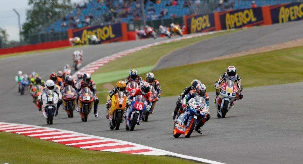Le groupe de tête après le départ de la course Moto3 lors du GP de Grande Bretagne en 2012 ( Photo : PSP/Stan Perec)