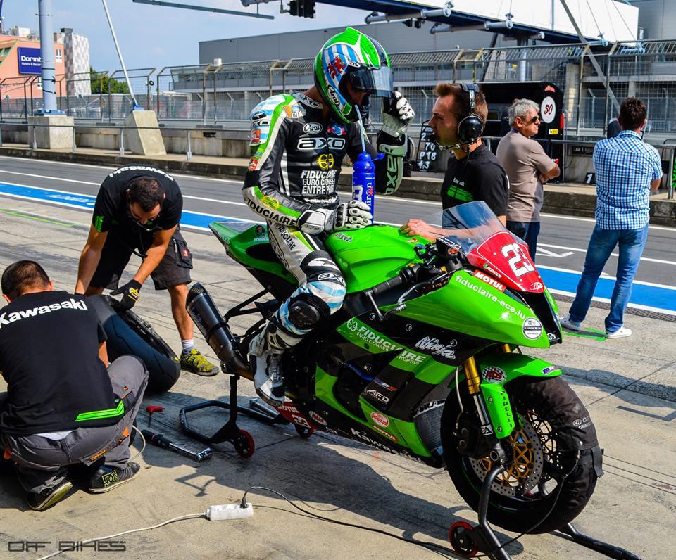 Les séances s'enchaînent et les modifications se font directement sur la pitlane pour Christophe Ponsson et le Team MRS. (Photo : Line Biau/©OffBikes)