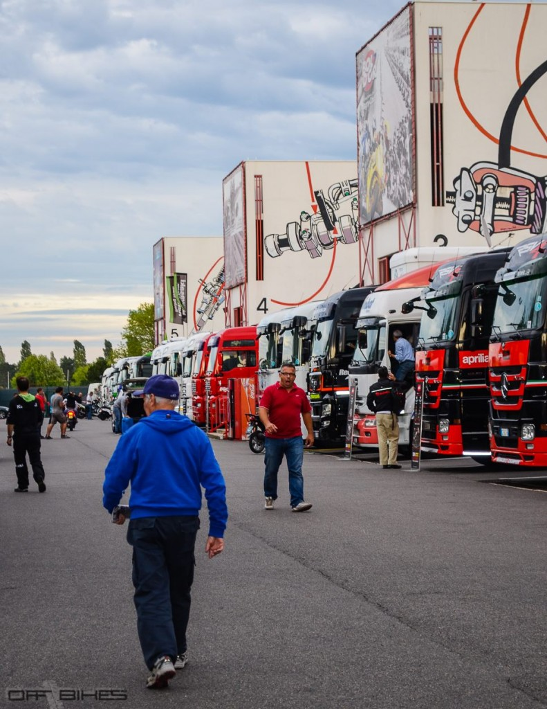 Paddock Superbike à Magny-Cours.