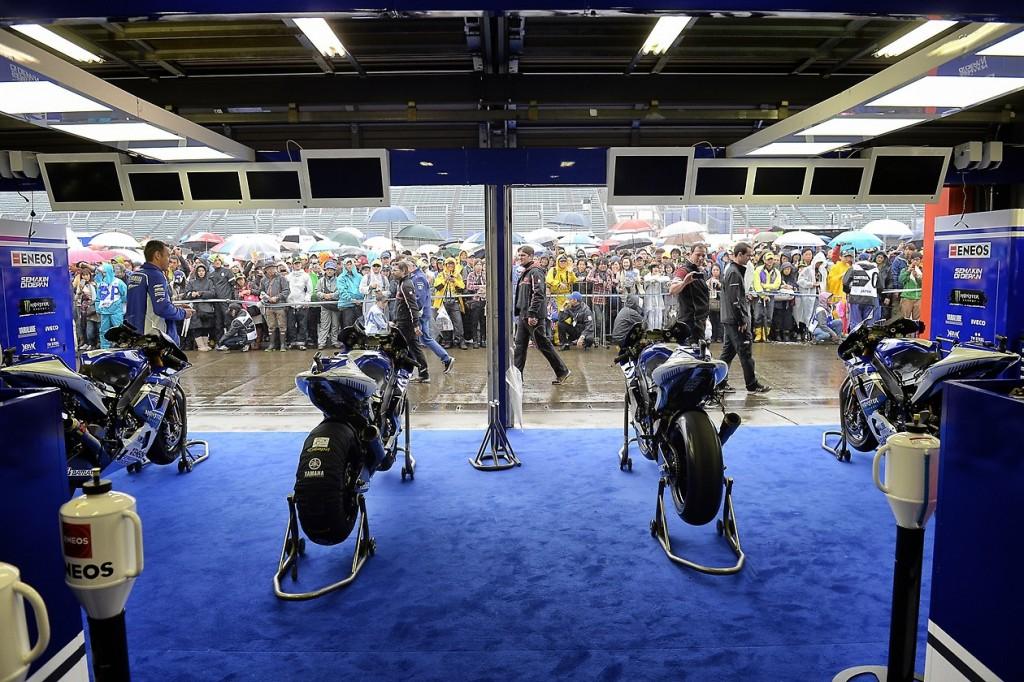 Les pilotes et les motos devraient rester au box ce matin. Un amélioration est prévue pour cet après-midi. (Photo : Yamaha)