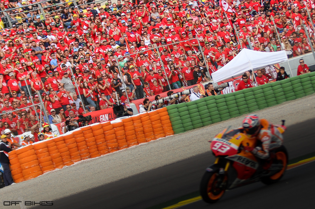 Marc Marquez devant les spectateur de son fan-club venu en nombre. (Photo : Thomas/OffBikes).