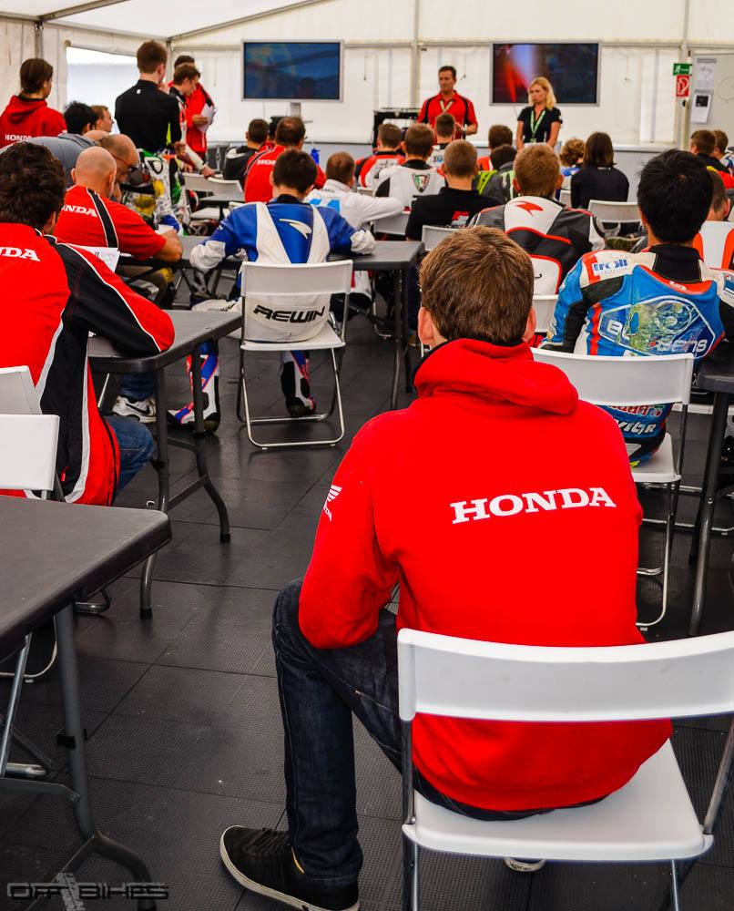 Briefing traditionnel de l'EJC : un moyen de partager et d'apprendre. (Photo : Line Biau/OffBikes)