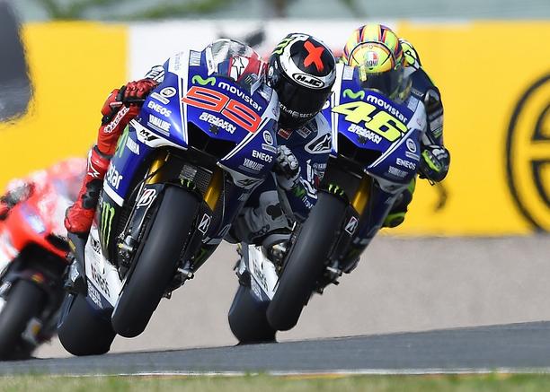 Jorge Lorenzo (5ème) et Valentino Rossi (6ème) se devancés par la Yamaha Open d'Aleix Espargaro (4ème). (Photo : Yamaha MotoGP)