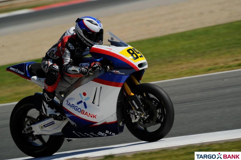 Alan Techer monte sur le podium lors de la première course Moto2 remportée par son coéquipier. (Photo : TargoBank)