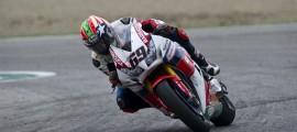 Nicky Hayden est le 16e pilote à remporter une course MotoGP et une course WorldSBK. (Photo : Honda)