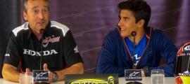 Marc Marquez et Freddie Spencer ont le sourire, pour le plaisir des journalistes. (Photo : ©OffBikes)