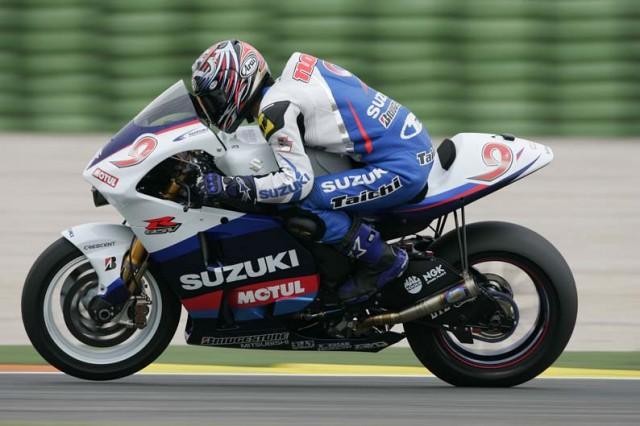 Nobuatsu Aoki en tant que pilote d'essai Suzuki en 2005.