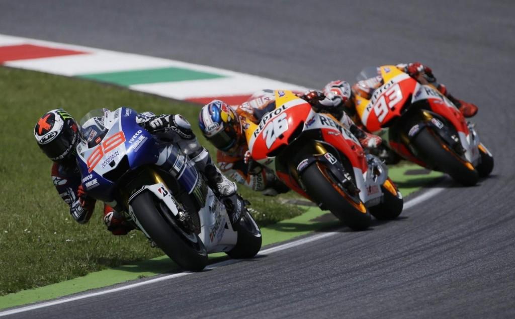Début de course, Lorenzo mène devant Pedrosa et Marquez. (Source : Derapate.it)