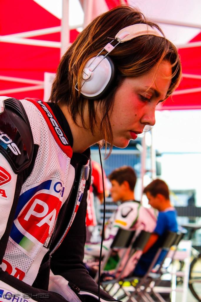 Amélie en pleine concentration durant la manche à Silverstone. (Photo : Line Biau/OffBikes)