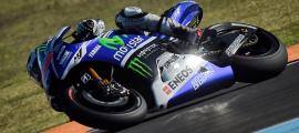 Jorge Lorenzo a mené la première partie de la course avant de s'incliner. Il récupère les points de la 2ème place. (Photo : Yamaha MotoGP)